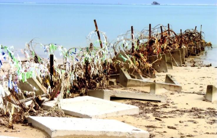 辺野古の浜辺を分断する有刺鉄線(名護市辺野古)