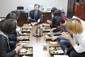 丹治光浩学長と学生1