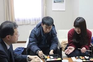 丹治光浩学長と学生3