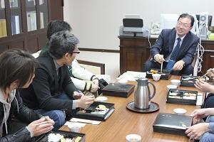 丹治光浩学長と学生4