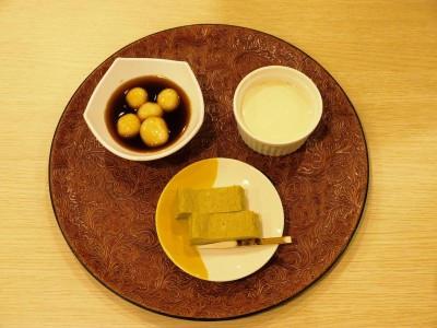 「くろもじチーズケーキ」「くろもじプリン」「山椒みたらしだんご」写真